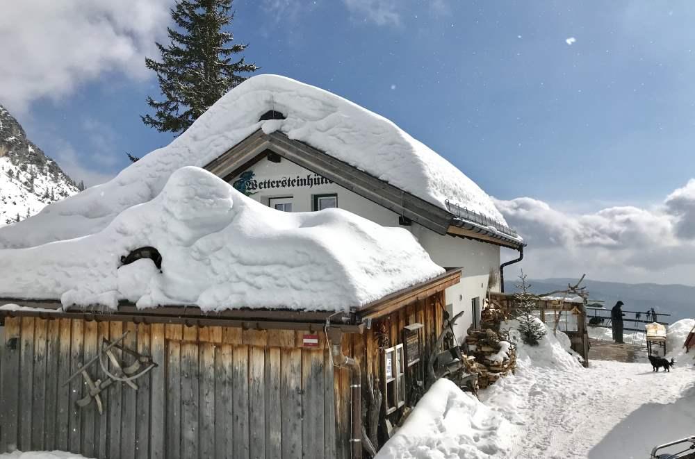 Dieses Bild hat ein leeres Alt-Attribut. Der Dateiname ist Wettersteinhütte-Schneewanderung-Tirol.jpg