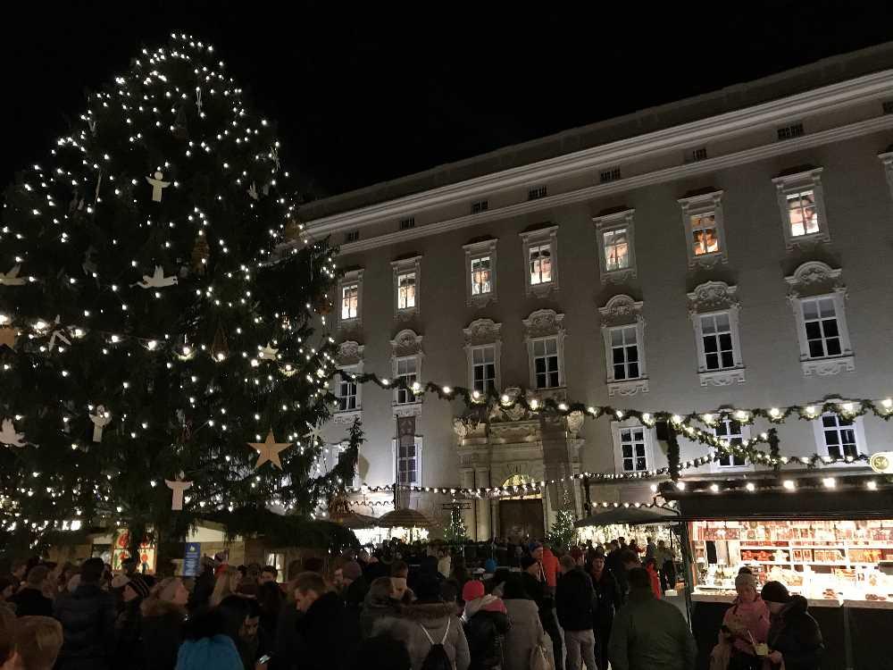 Weihnachtsmarkt Salzburg: Die weihnachtliche Stimmung am Residenzplatz beim Adventmarkt