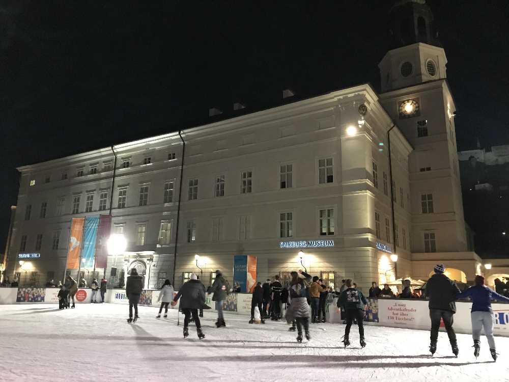 Weihnachtsmarkt Salzburg: Eislaufen am Mozartplatz