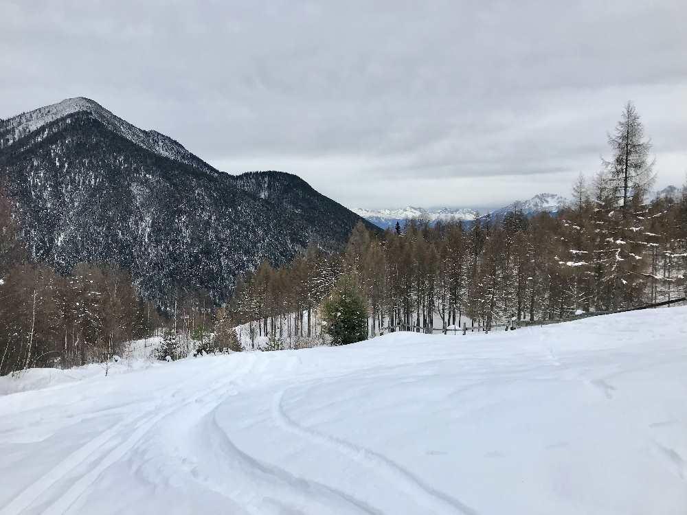Auf den Gschwandtkopf in Seefeld schneeschuhwandern, hinten das Karwendel
