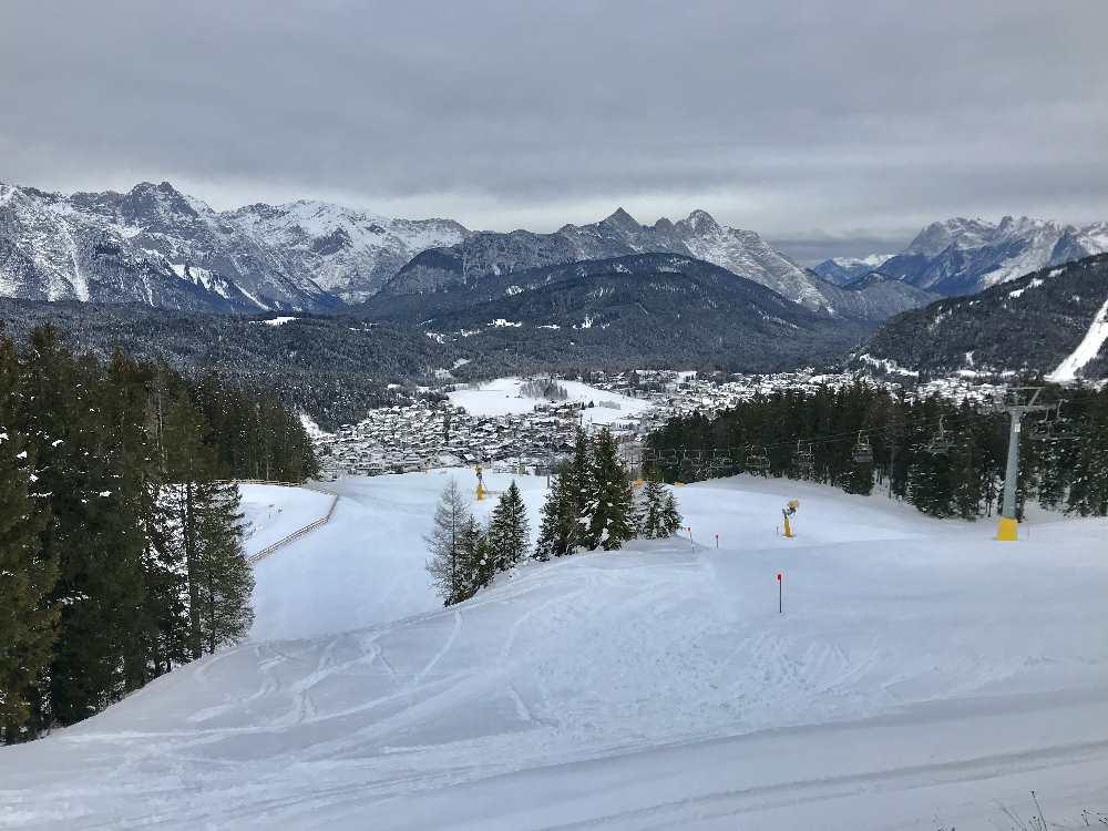 Ausblick von oben auf das Skigebiet Gschwandtkopf und das Karwendelgebirge
