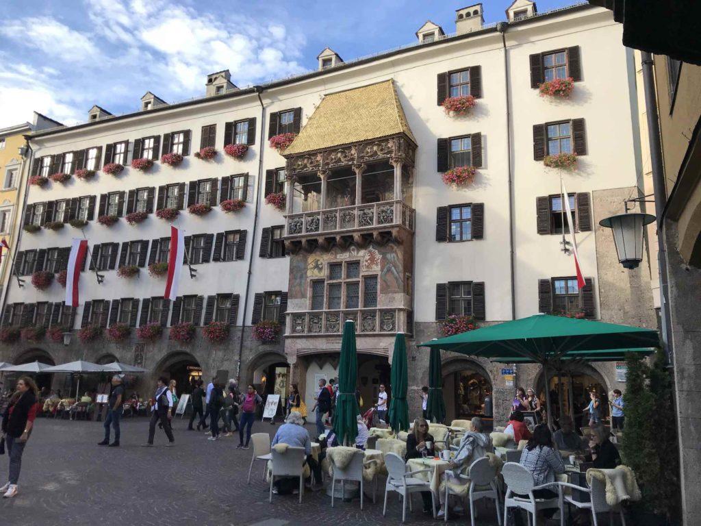 Das berühmte Goldene Dachl und die Altstadt in Innsbruck
