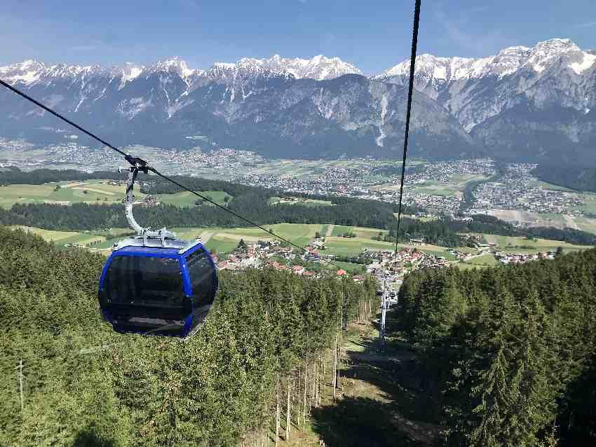 Aus der Glungezerbahn siehst du das Inntal mit Hall in Tirol und das Karwendel