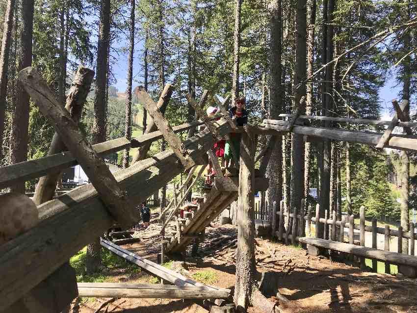 Riesen Kugelbahn Tirol - über die Holztreppe hinauf zum Einwurf
