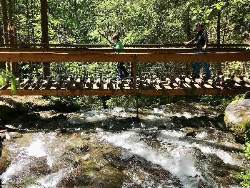 Zillertal Wasserfall wandern - es ist rutschig! Deshalb gute Wanderschuhe anziehen.