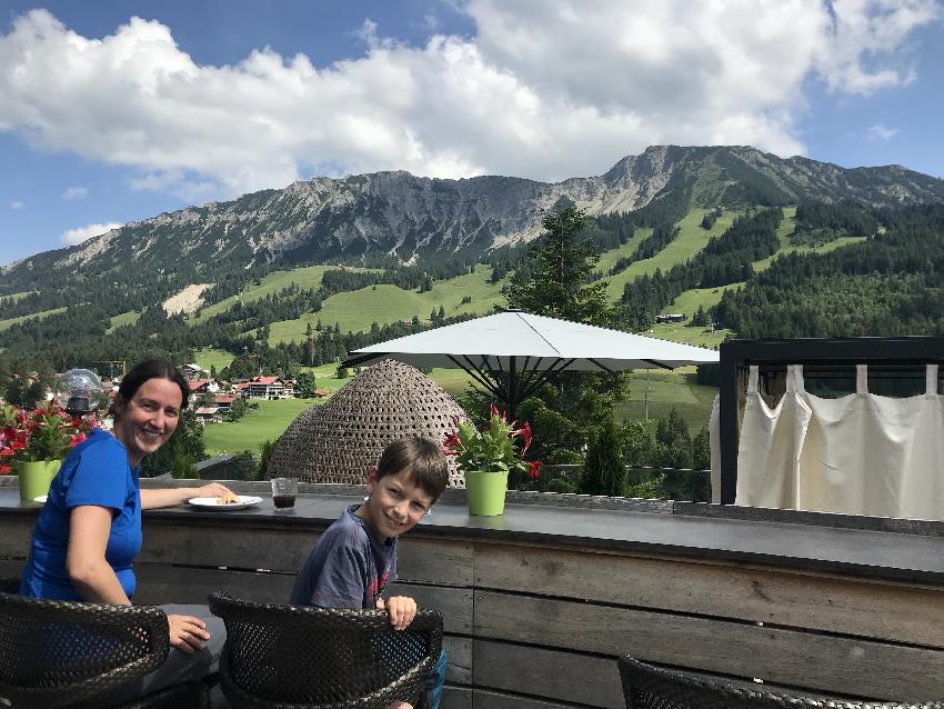 Reisebloggerin Mama Schmidt mit Kind im Familienhotel Oberjoch