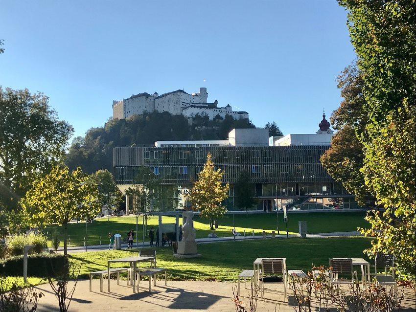 Salzburg Blog - auf diesem Bild triftt die Moderne das historische Salzburg mit der Festung