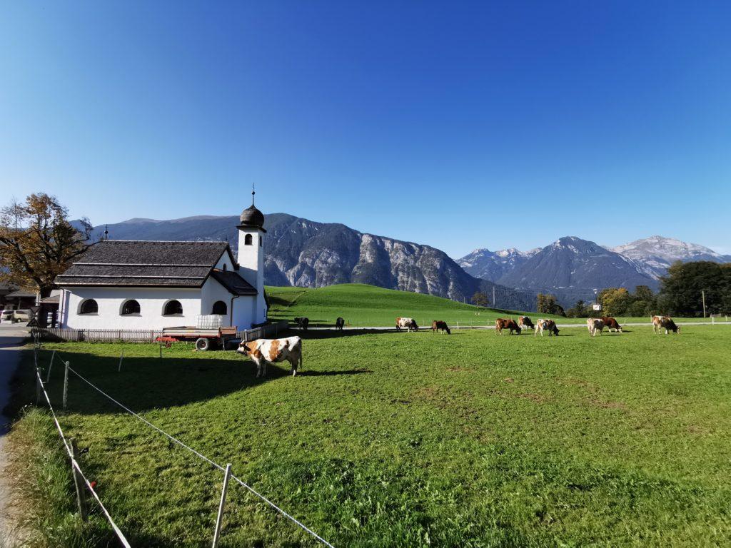 Auf dem auf das Kellerjoch - Dorfidylle mit Karwendel und Rofan am Horizont