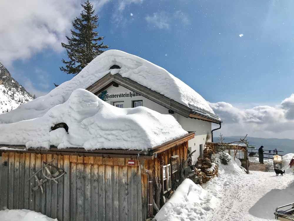 Tirol Reiseziele im Winter: Die Wettersteinhütte auf der Winter Weitwanderung in Seefeld
