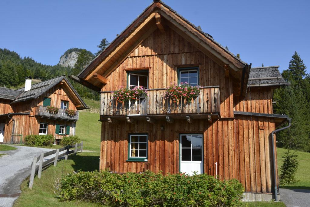 Hagan Lodge Altaussee - die kleinen Hütten bilden ein echtes Almdorf am Fuße des Loser