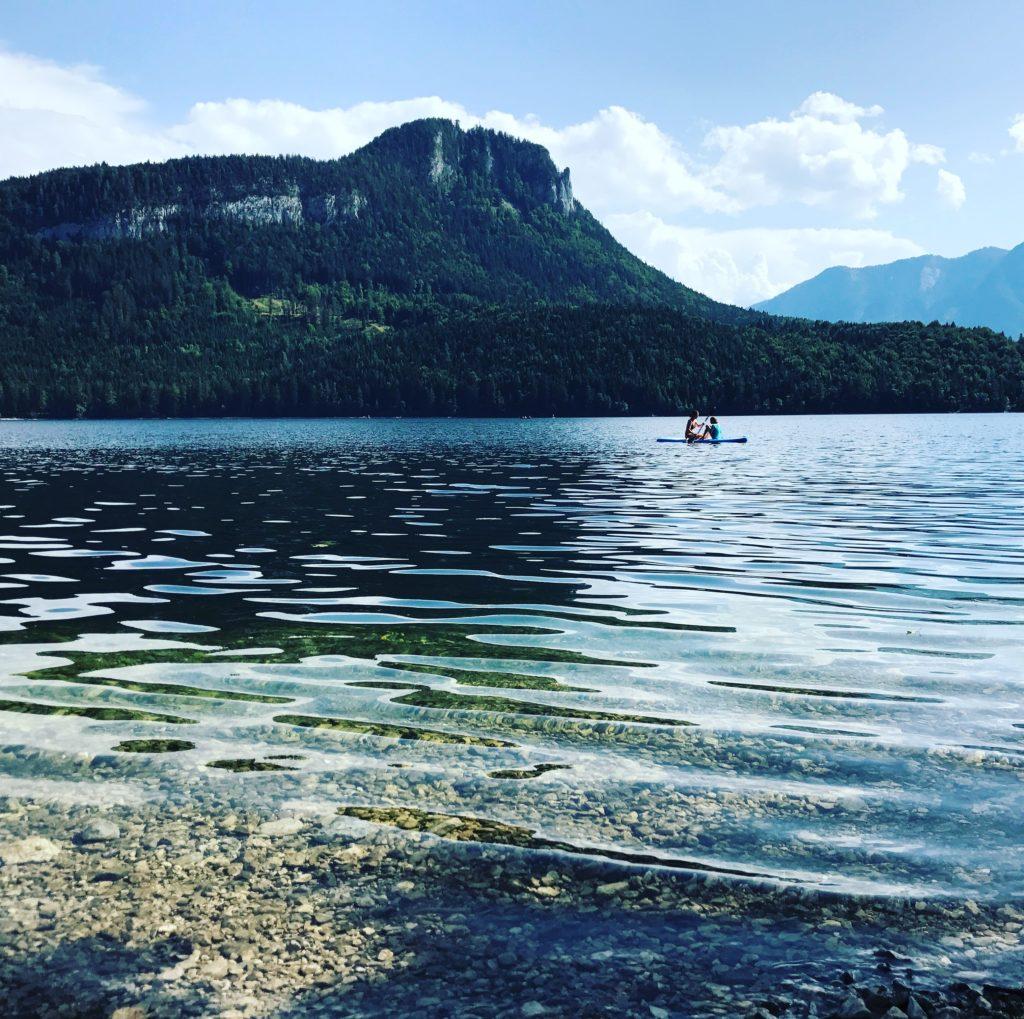 Willst du auch mal über diesen Seen fahren oder in das glasklare Wasser steigen?