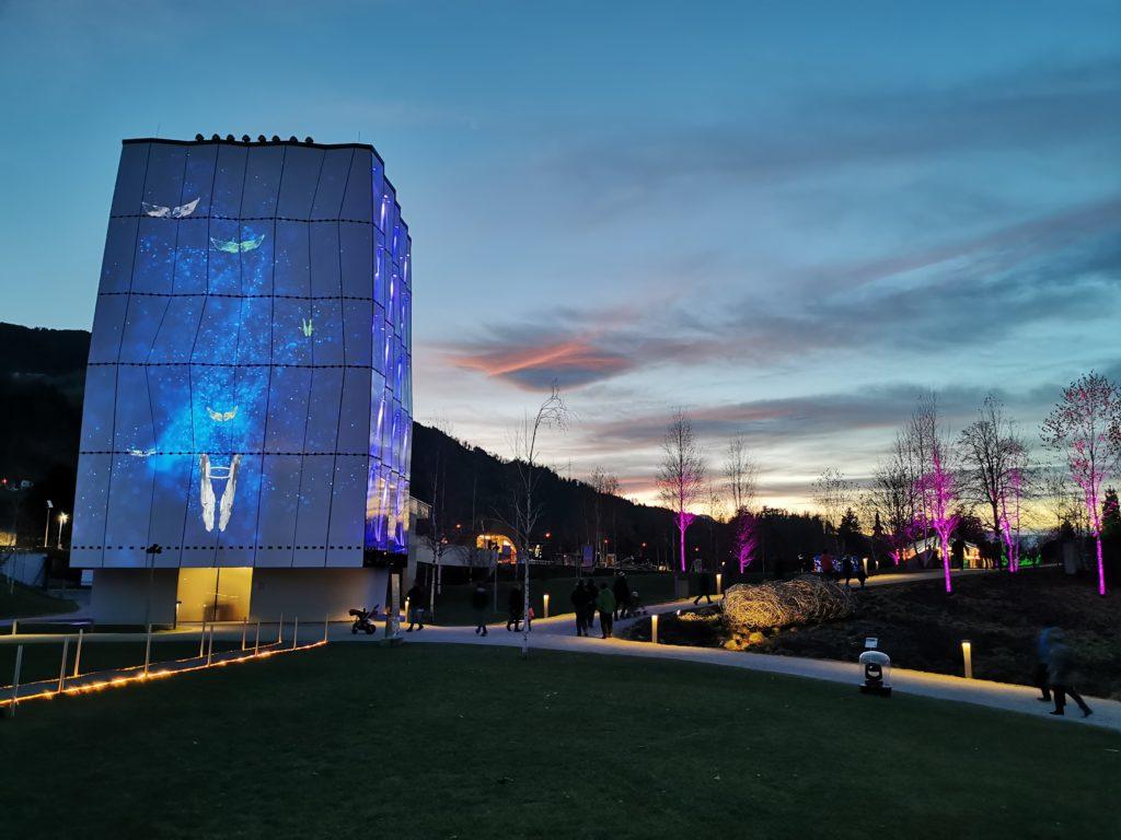 Swarovski Kristallwelten Spielturm in der Dämmerung