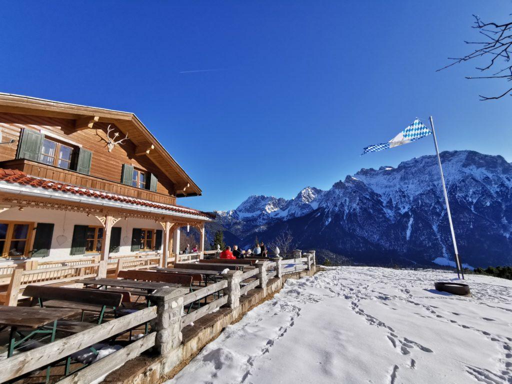 Winterwandern Bayern - die Korbinianhütte mit dem Karwendel