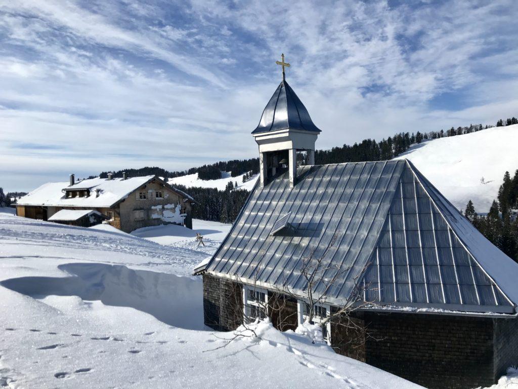 Winterwandern Bayern - diese Kapelle hat mir oberhalb von Steibis gut gefallen. Der präparierte Weg zum Winterwandern führt direkt daran vorbei.