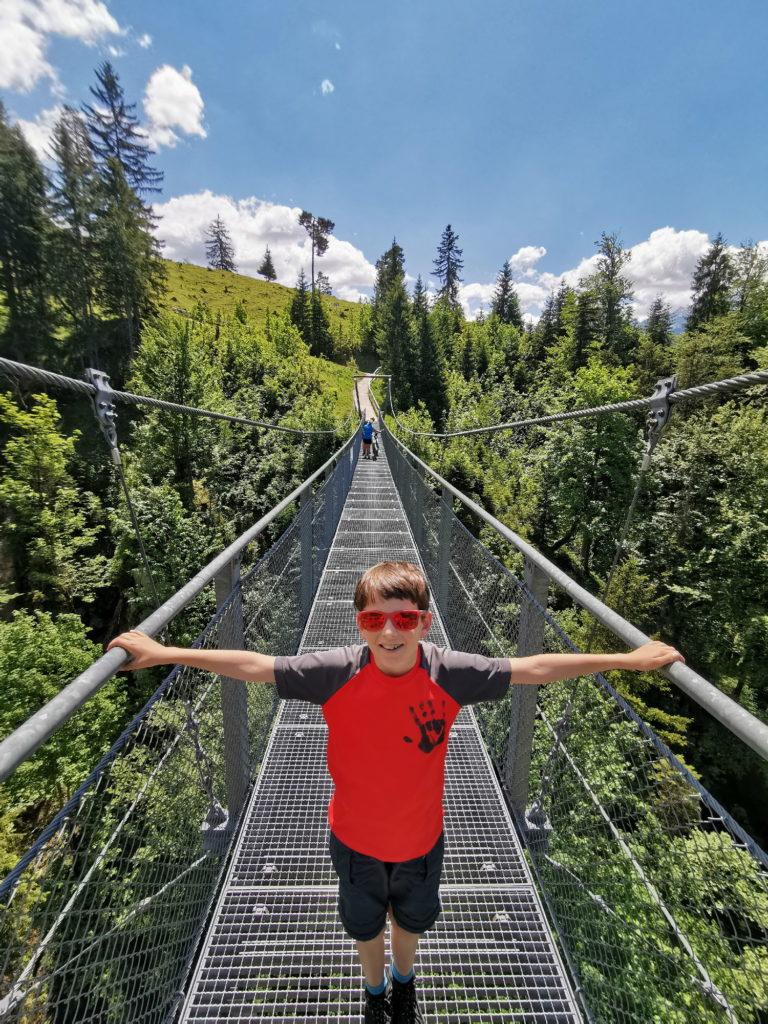 Bayern Reiseziele - über diese Hängebrücke kommst du zur modernsten Berghütte in Bayern