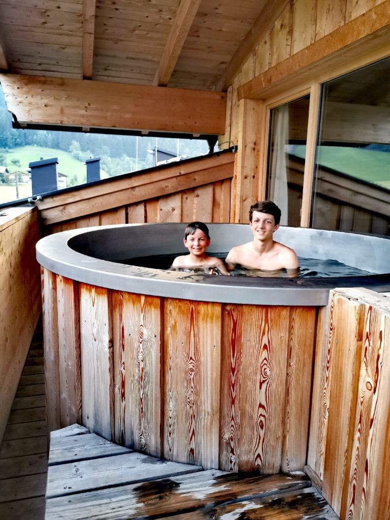 Almdorf Almlust: Unser privater Hotpot auf dem Balkon des Almloft