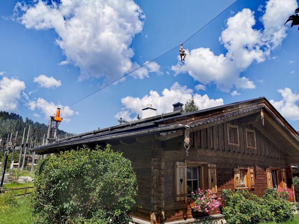 ... über das Dach klettern und dann mit dem Flying Fox über die Hütten im Almdorf Almlust fliegen