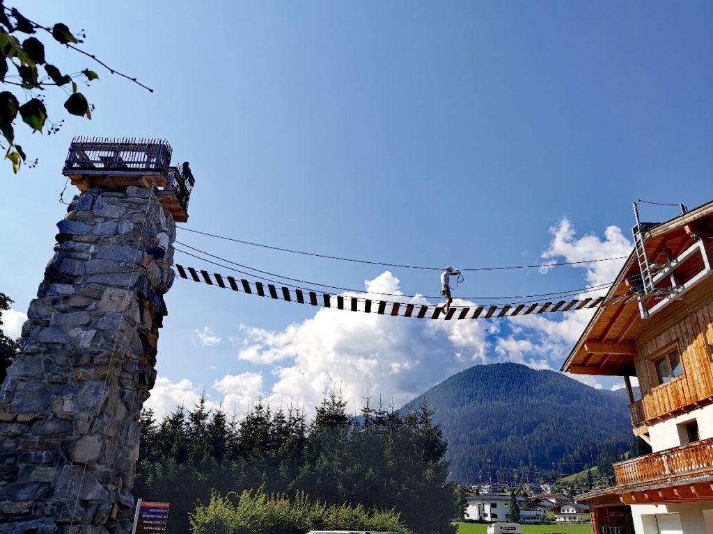 Der hauseigene Klettersteig über die Dächer des Almdorf Almlust