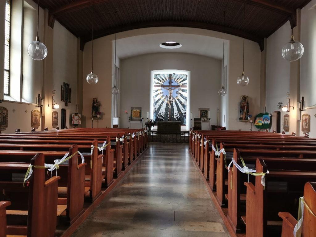 Das Strahlenkranzkreuz im Altarraum der Hundertwasserkirche in Österreich
