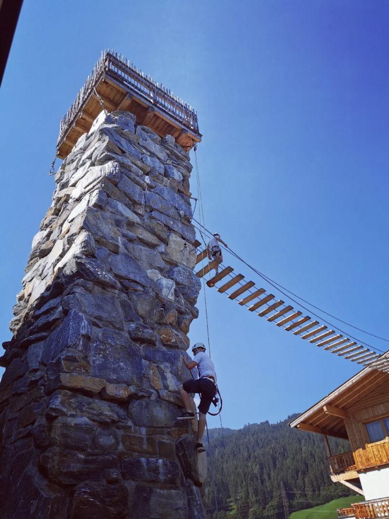 Am Almdorf Almlust Klettersteig am steinernen Turm hinauf in luftige Höhen Klettern... weiter über die Brücke...
