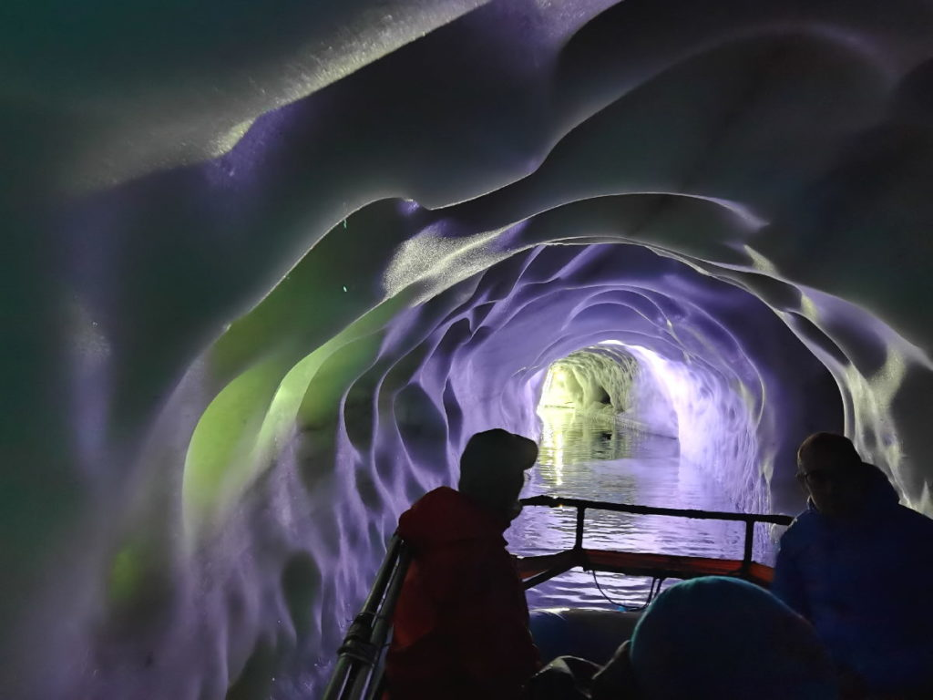 Tirol Reiseziele - mit dem Boot auf dem Eissee im Gletscher