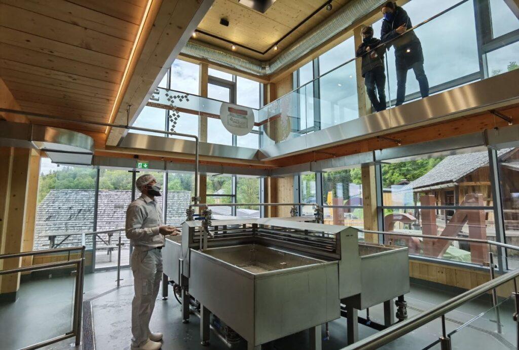 In der Salz Manufaktur kannst du das Salzsieden sehen - eine der neuesten Salzburg Sehenswürdigkeiten