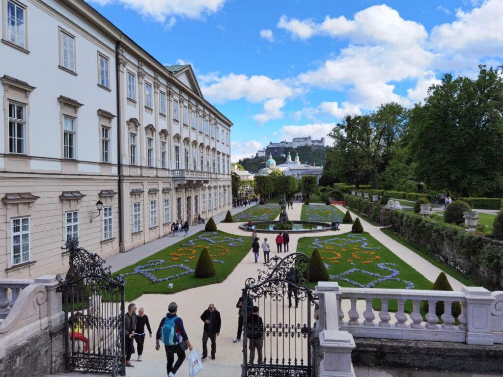 Schloss Mirabell mit dem berühmten Garten und dem Blick über die Dächer auf die Festung
