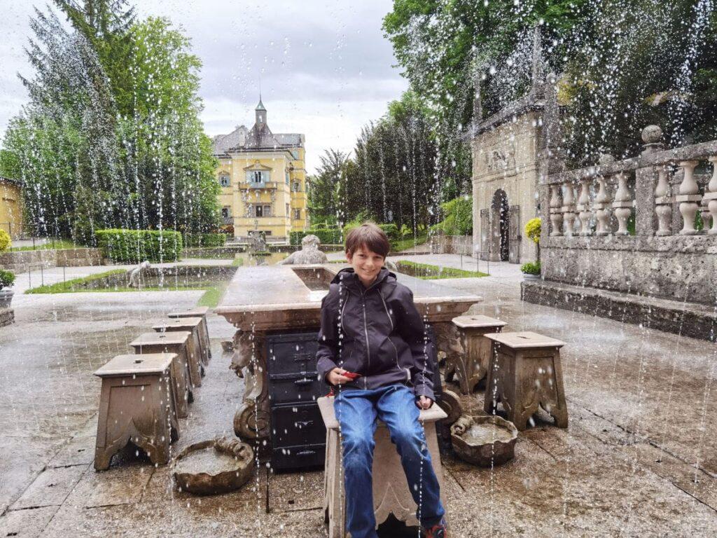Eine der schönsten Salzburg Sehenswürdigkeiten - die Schloss Hellbrunn Wasserspiele: Alle werden naß, nur der Gastgeber nicht...